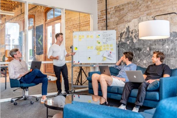 Una reunión de equipo de una empresa
