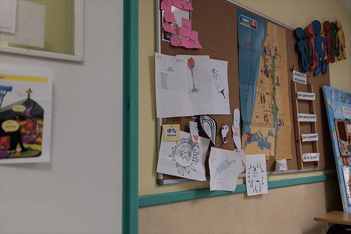 Dibujos sobre el covid-19 puestos en una de las clases de educación primaria
