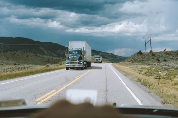 Camión circula por carretera