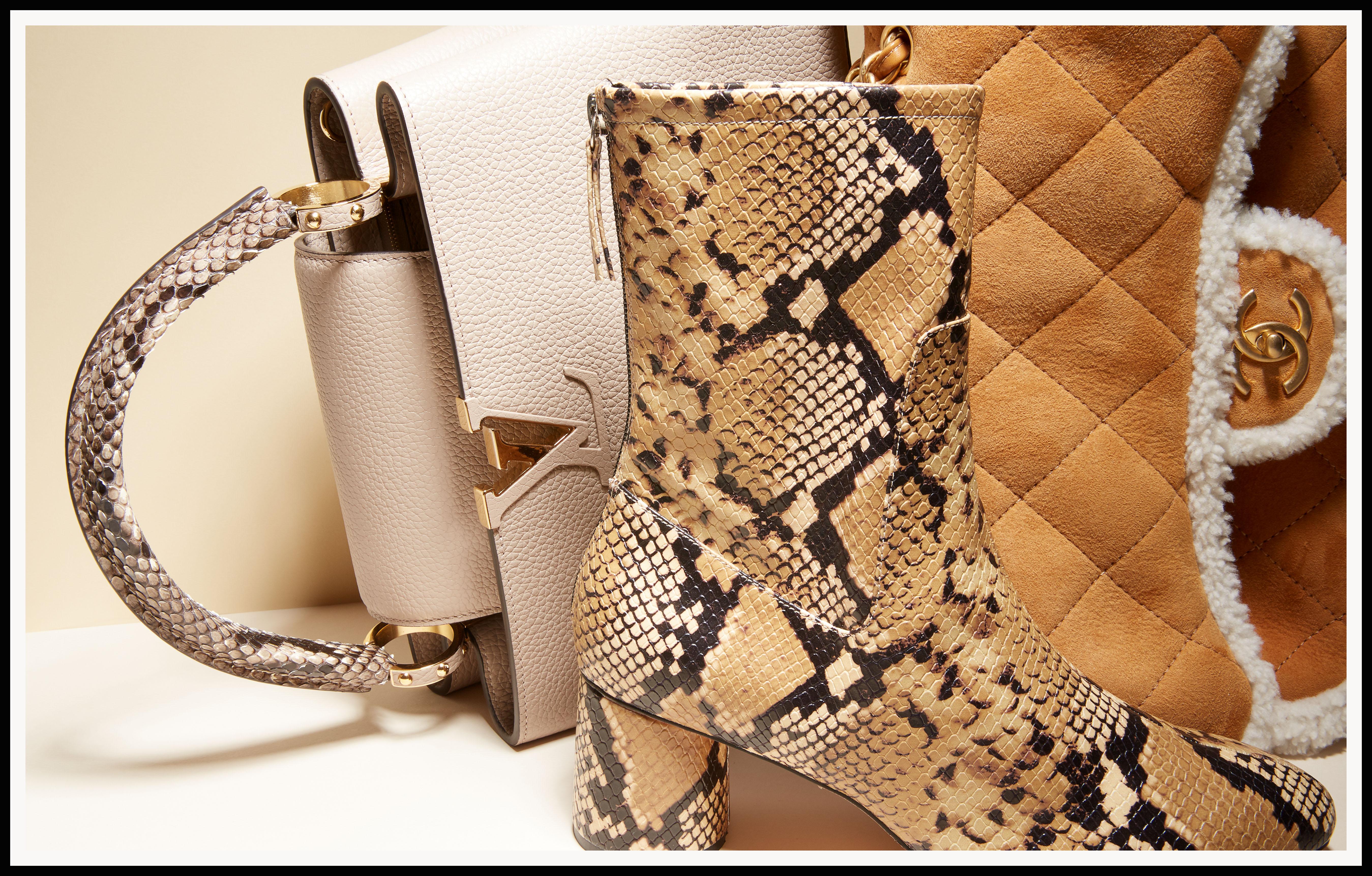 Bolso con asa en pitón de Louis Vuitton. Botin en pitón con tacón redondo de Zara. Bolso en piel de cordero de Chanel.