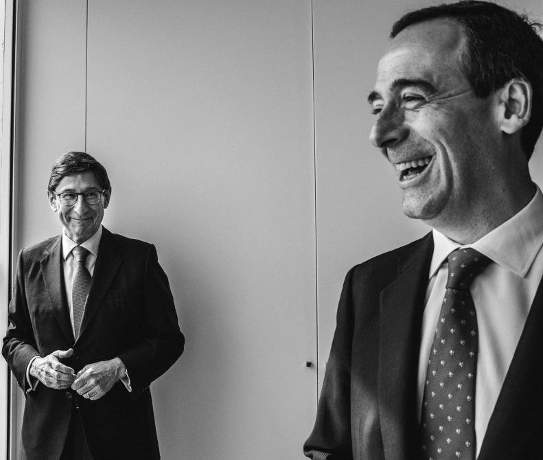 Goirigolzarri y Gortázar mirando por la ventana de la 'Torre KIO' de Bankia