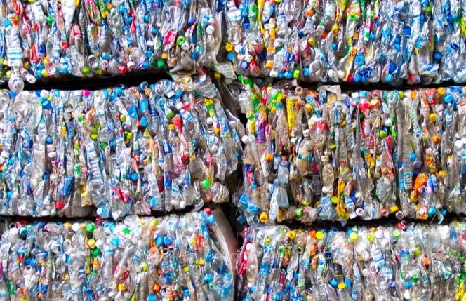 Botellas de plástico apiladas para reciclar