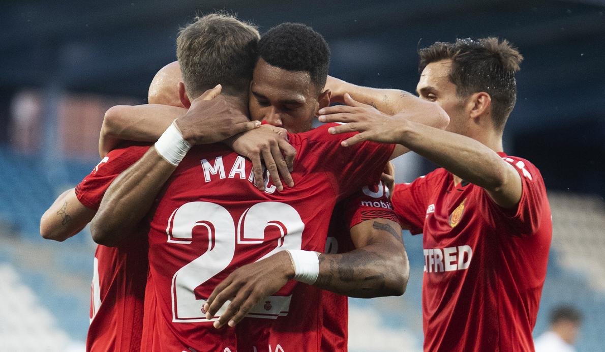 Los jugadores del RCD Mallorca se abrazan durante un partido de esta temporada