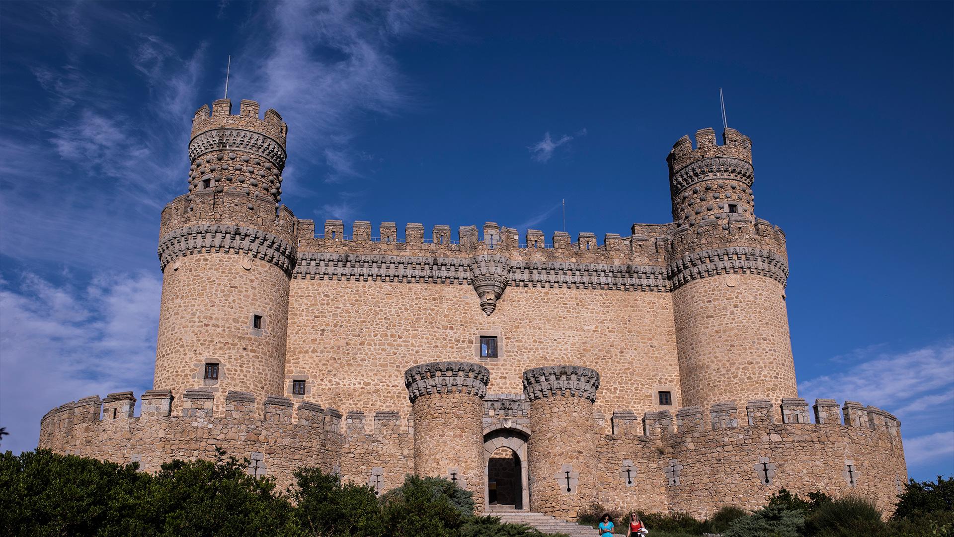En el frontal del castillo se aprecia el cambio de material de la zona restaurada