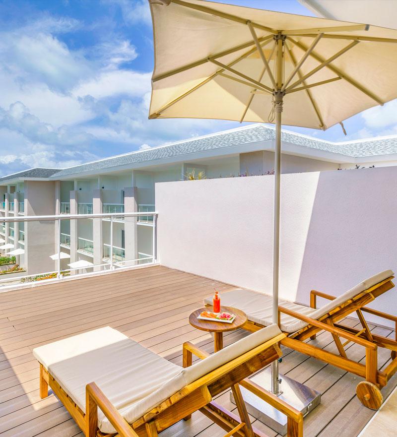 Dos hamacas junto a una sombrilla en el resort Paradisus Los Cayos