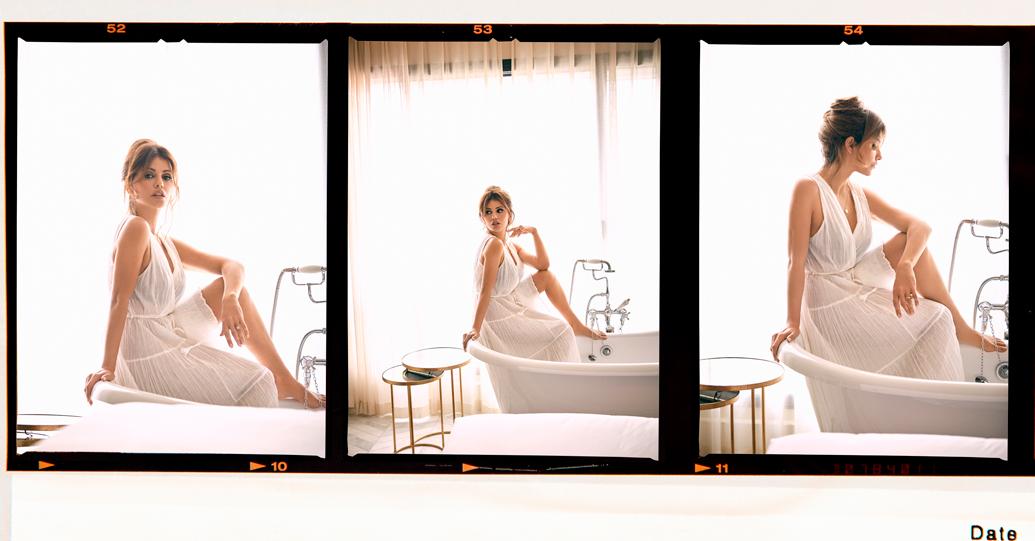 Un mosaico de fotos de Mónica posando sobre una bañera
