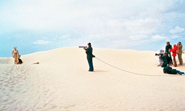 Daniels tenía graves dificultades para andar por el desierto por culpa del traje