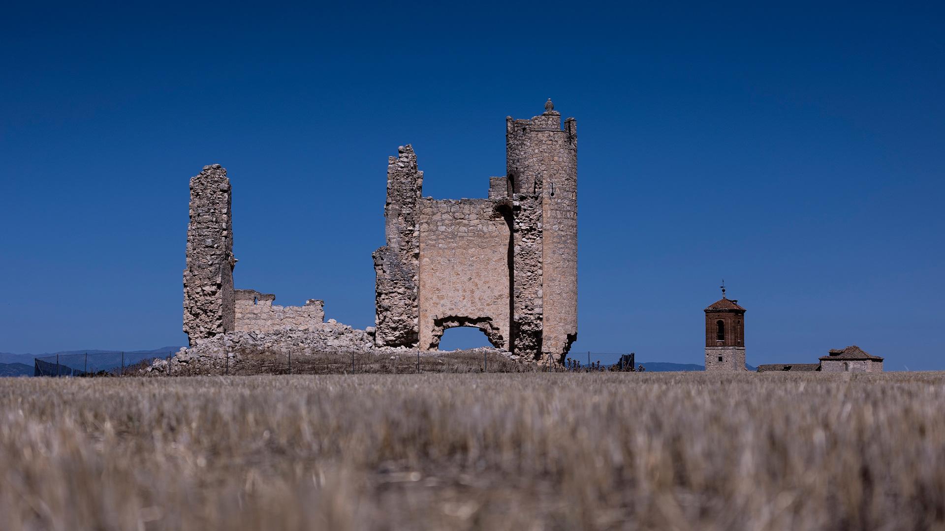 Vistas del castillo junto a la iglesia del pueblo