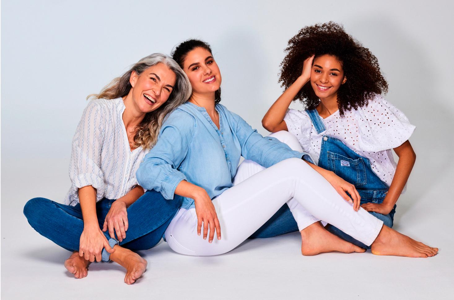 Tres mujeres posan
