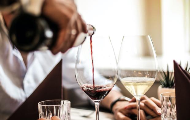 Sirviendo copas de vino