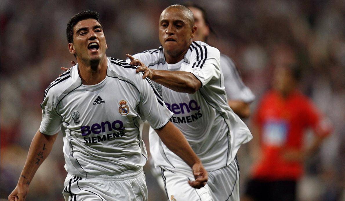 Roberto Carlos celebra junto a José Antonio Reyes el gol que les valió un título liguero en 2007