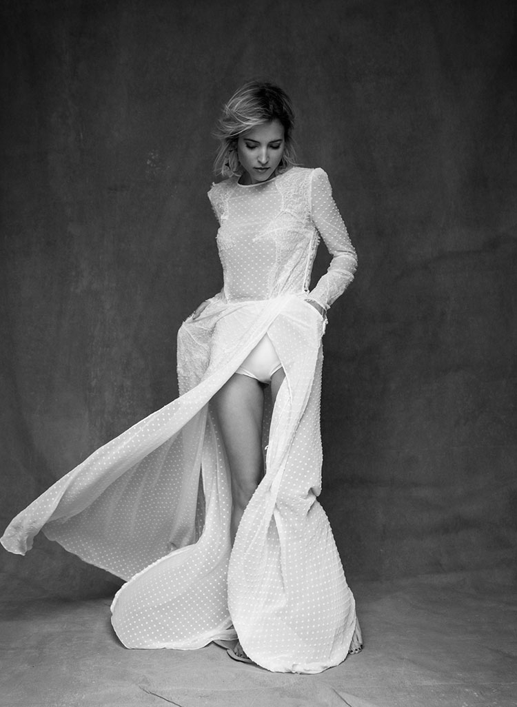 Vestido blanco largo de plumeti de Elisabetta Franchi. Aros dorados de Mercedes Salazar