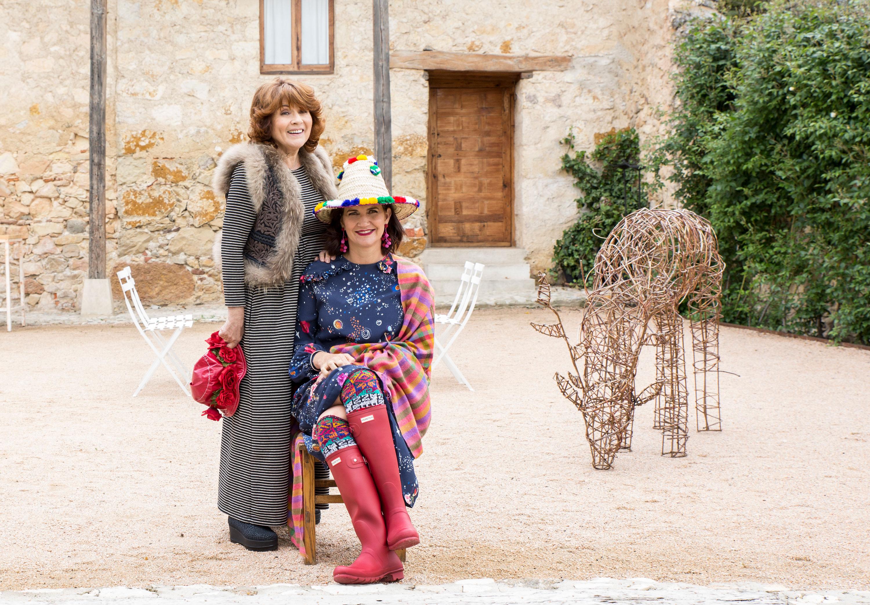Sabine lleva su propia ropa y su hija Samantha apuesta por un vestido de Coosy y botas Hunter. (Foto: Loulook.com)