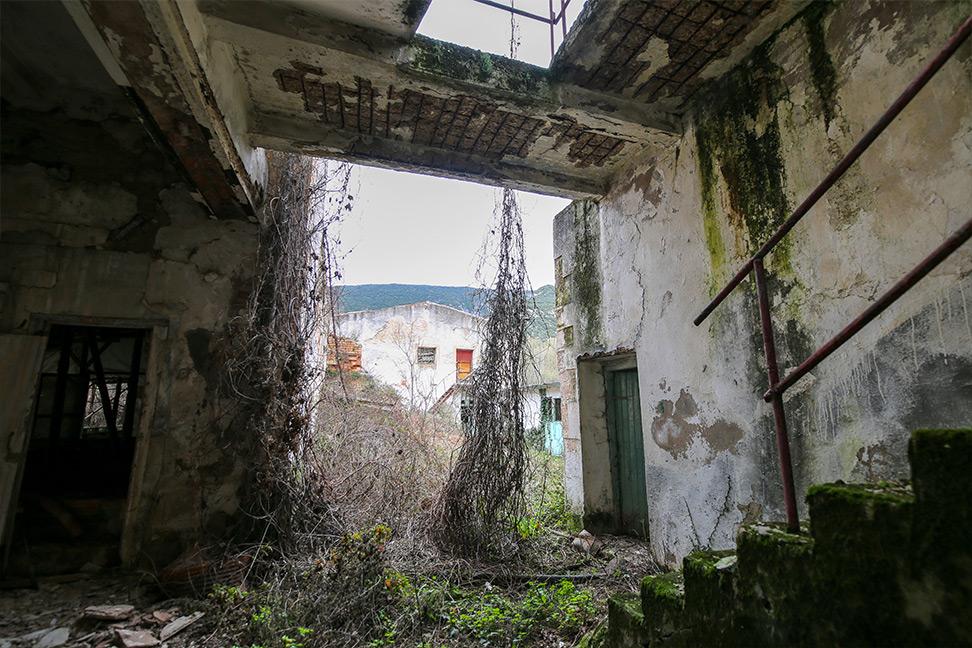 Interior del edificio principal de la cárcel de Valdenoceda, prácticamente en ruinas