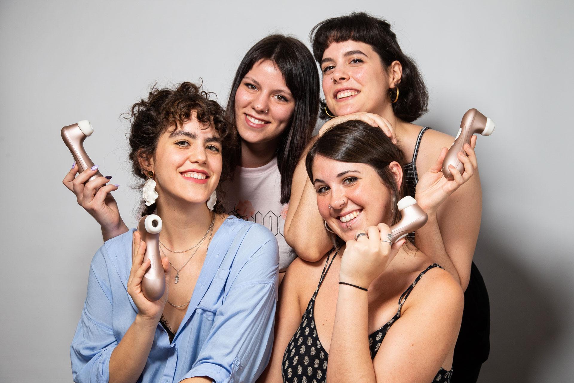 Mujeres posando con un Satisfyer en la mano