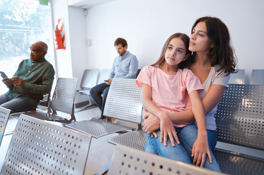Una madre y su hija esperan en el hospital