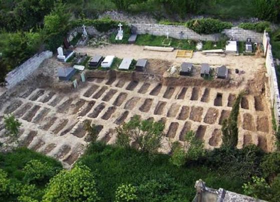 Trabajos de exhumación de fallecidos en el penal