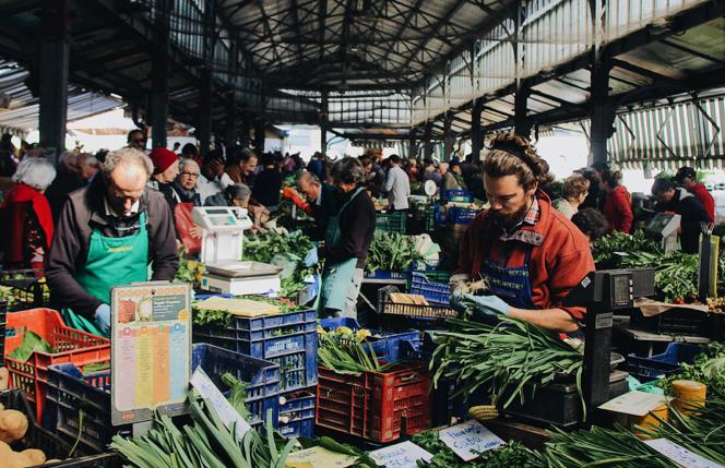 Un puesto de verduras en un mercado