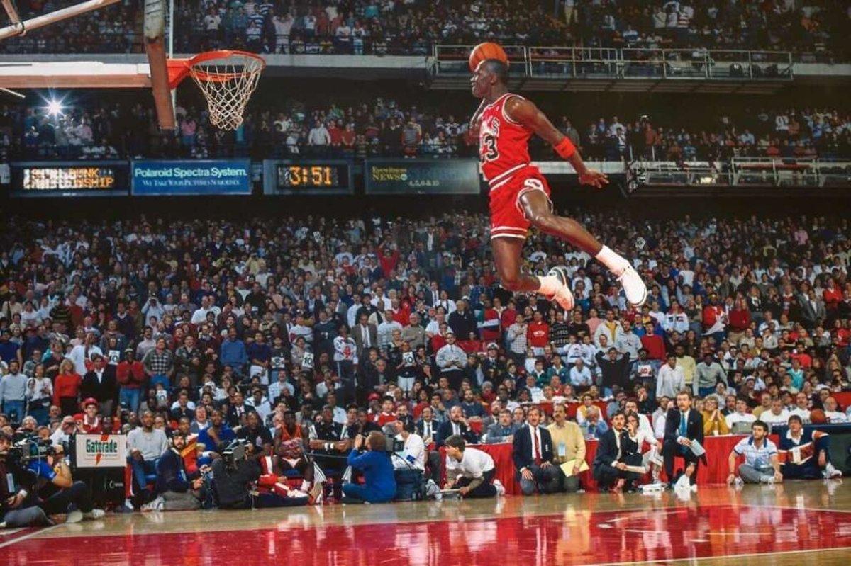 Jordan, en su famoso mate desde la línea de tiros libres de 1988. (NBA)
