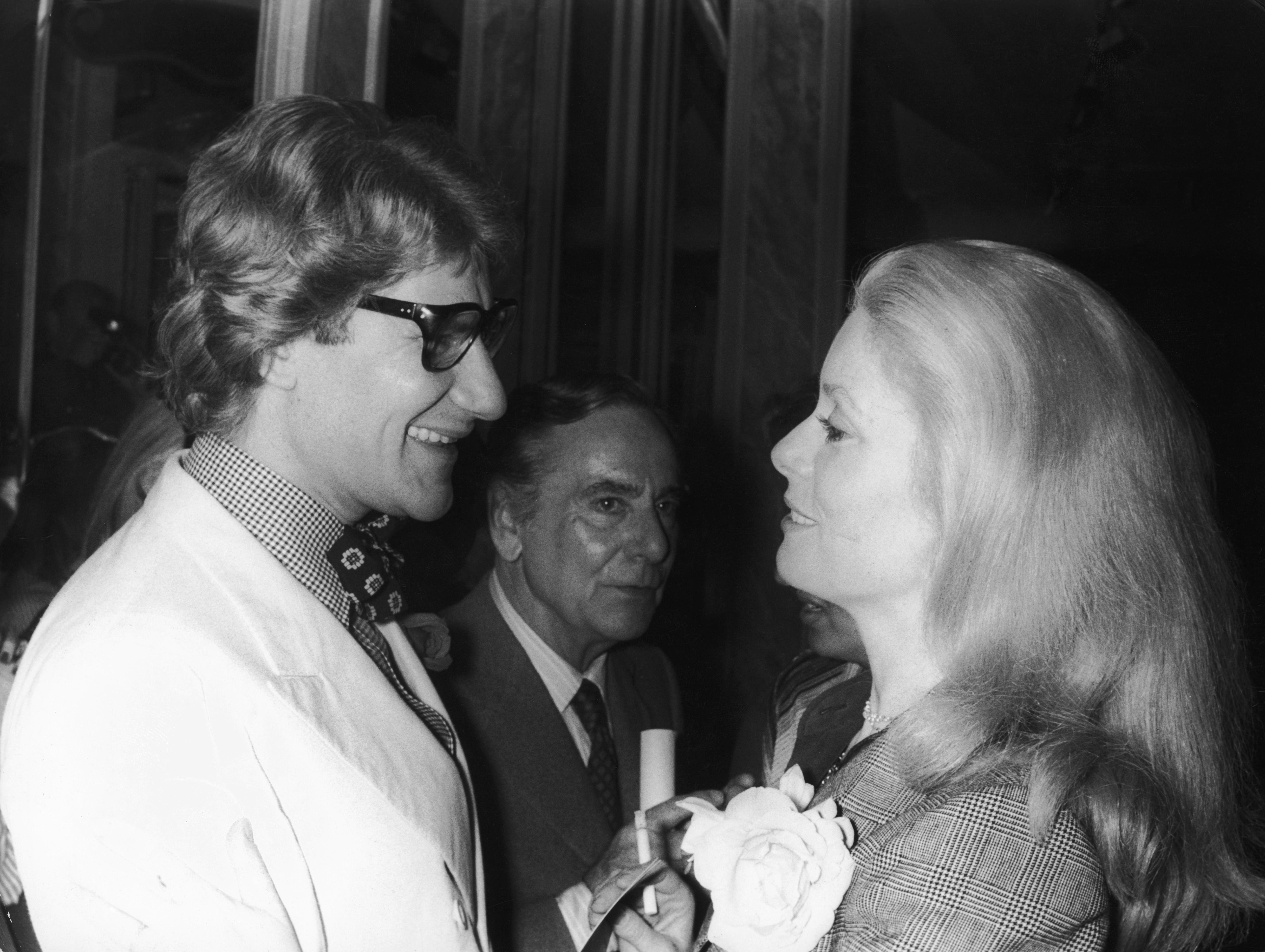 Yves Saint Laurent y Catherine Deneuve, en julio de 1974. (Getty)
