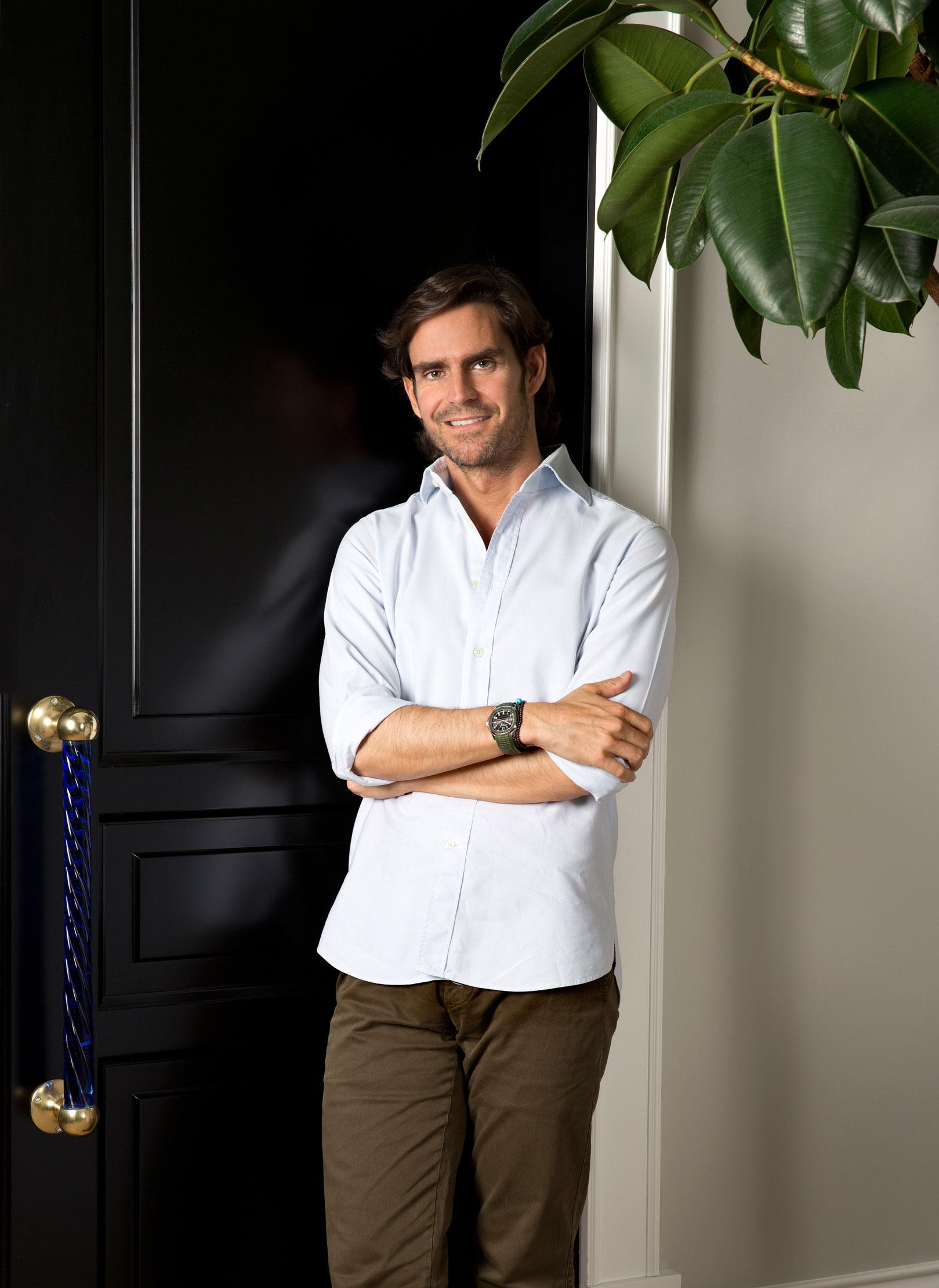Luis García Fraile en la entrada de su piso madrileño.