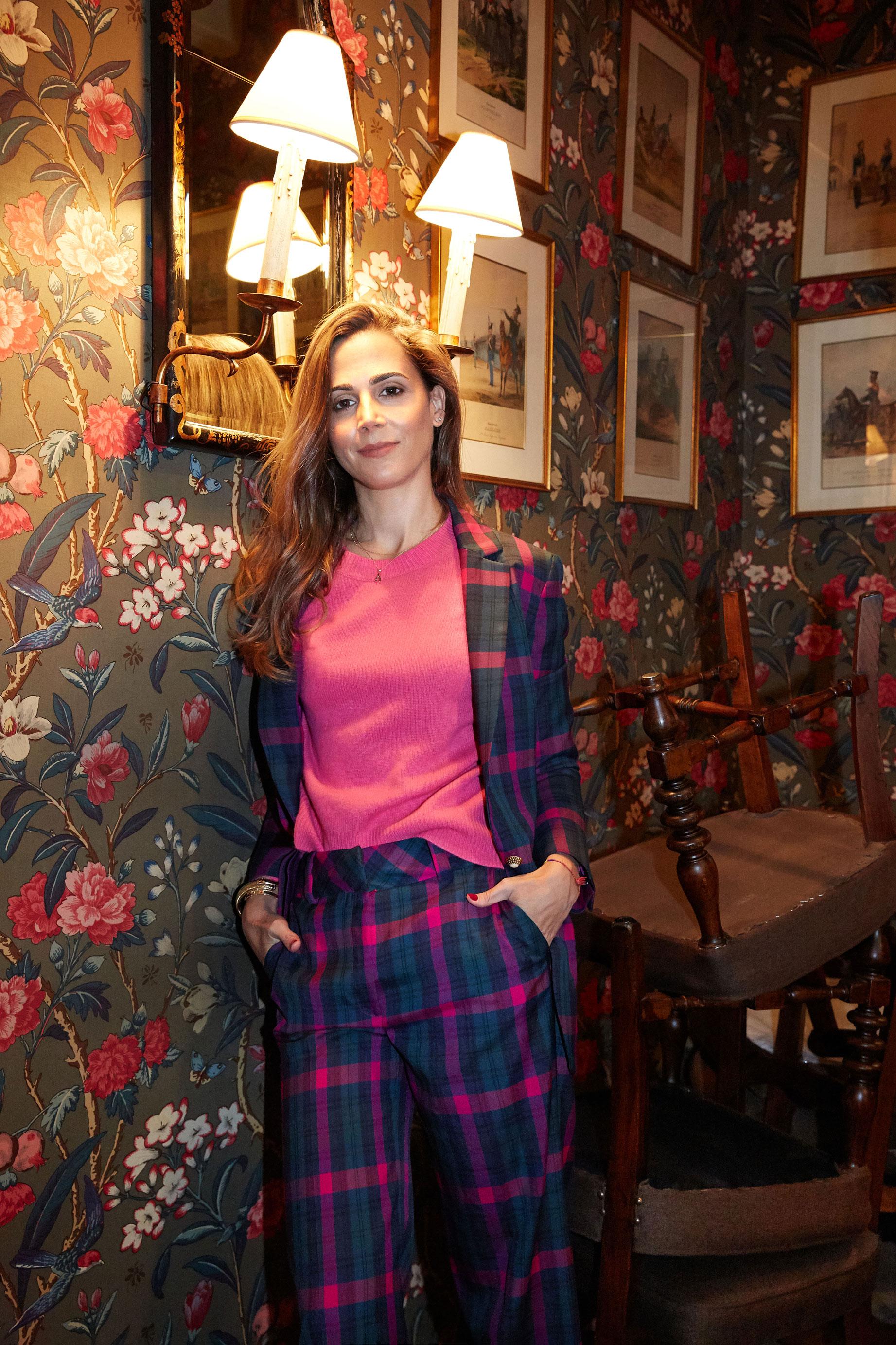Elizabeth Horcher lleva jersey fucsia de cashmere de Zara. Americana y pantalón de cuadros tartán de Uterque (Foto: Olga Moreno)
