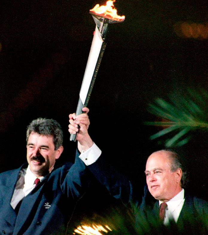 Pasqual Maragall, entonces alcalde de Barcelona, y Jordi Pujol, presidente de la Generalitat, portando una antorcha olímpica (AFP).