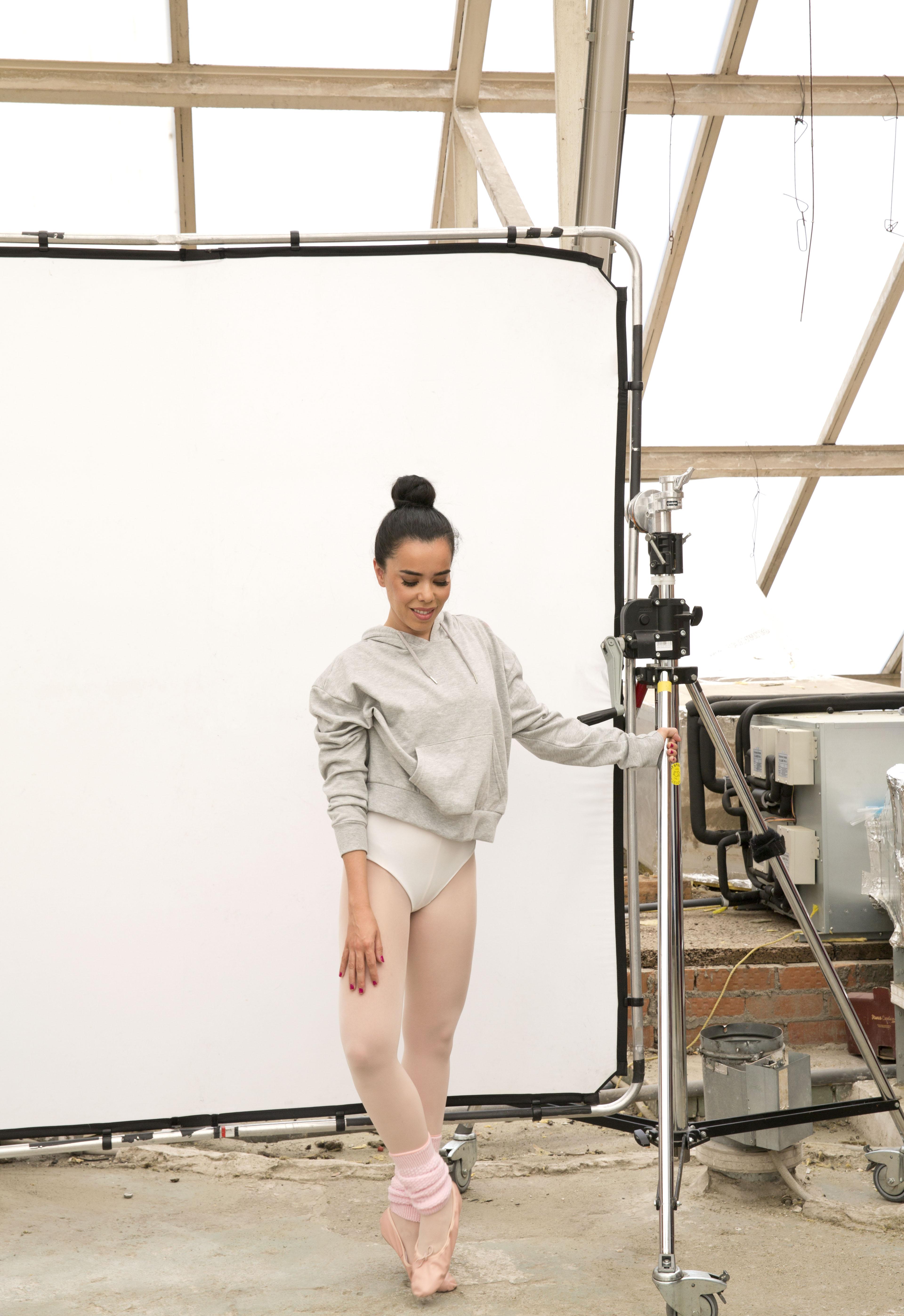 Luengo es cantante, compositora, bailarina, actriz y empresaria. Sudadera: Primark. Body: Wolford. Calentadores: Decathlon.