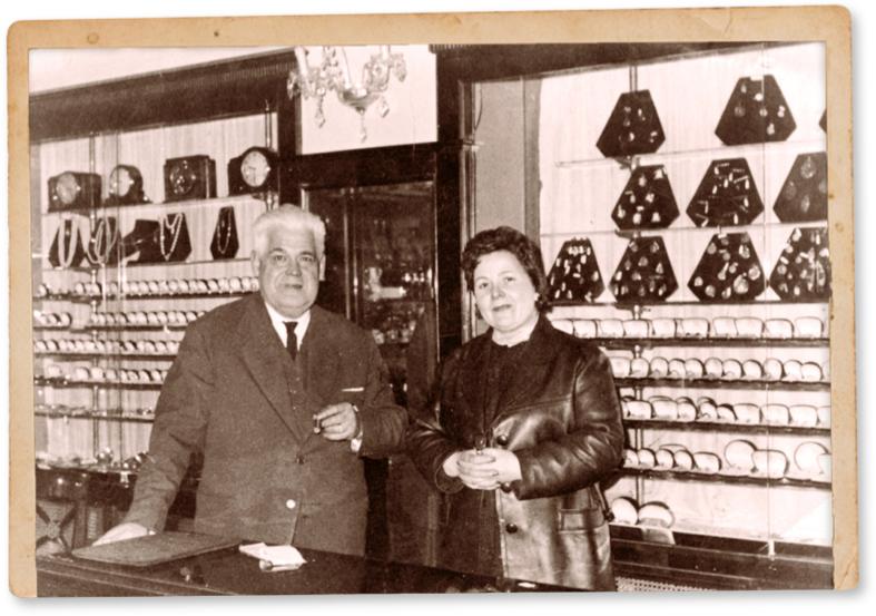 El matrimonio Tous Oriol en la antogua relojería del abuelo