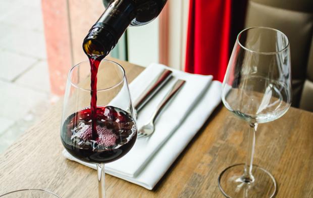Sirviendo copa de vino