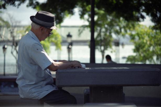 Persona mayor en un parque