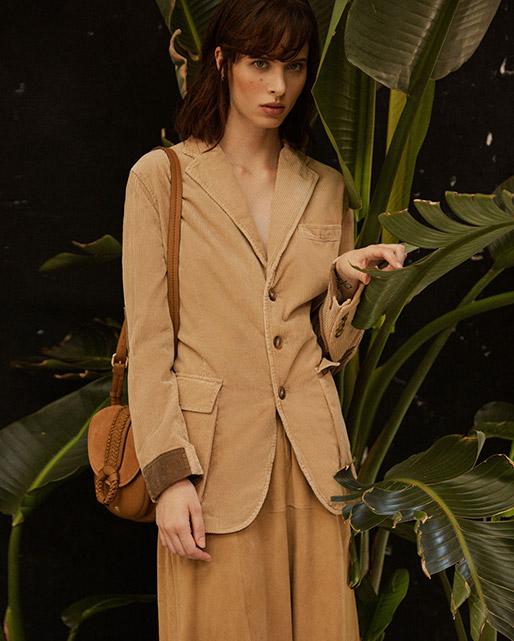 Modelo con chaqueta de Polo Ralph Lauren y bolso de Georges Rech