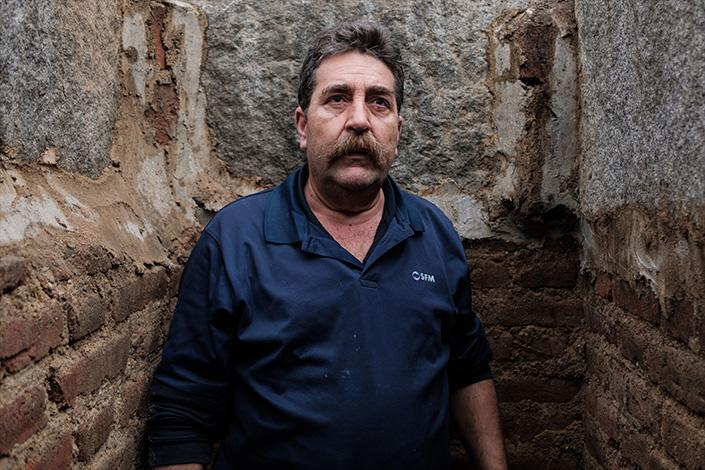 Roberto, enterrador del cementerio de La Almudena de Madrid, en una de las tumbas de la necrópolis
