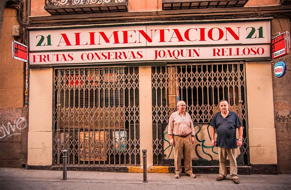 Pedro y Joaquín Relloso han cerrado su tienda de alimentación de Malasaña después de 50 años