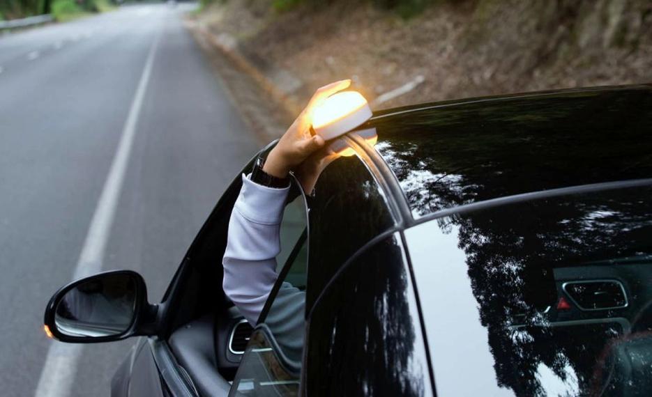 coche con linterna