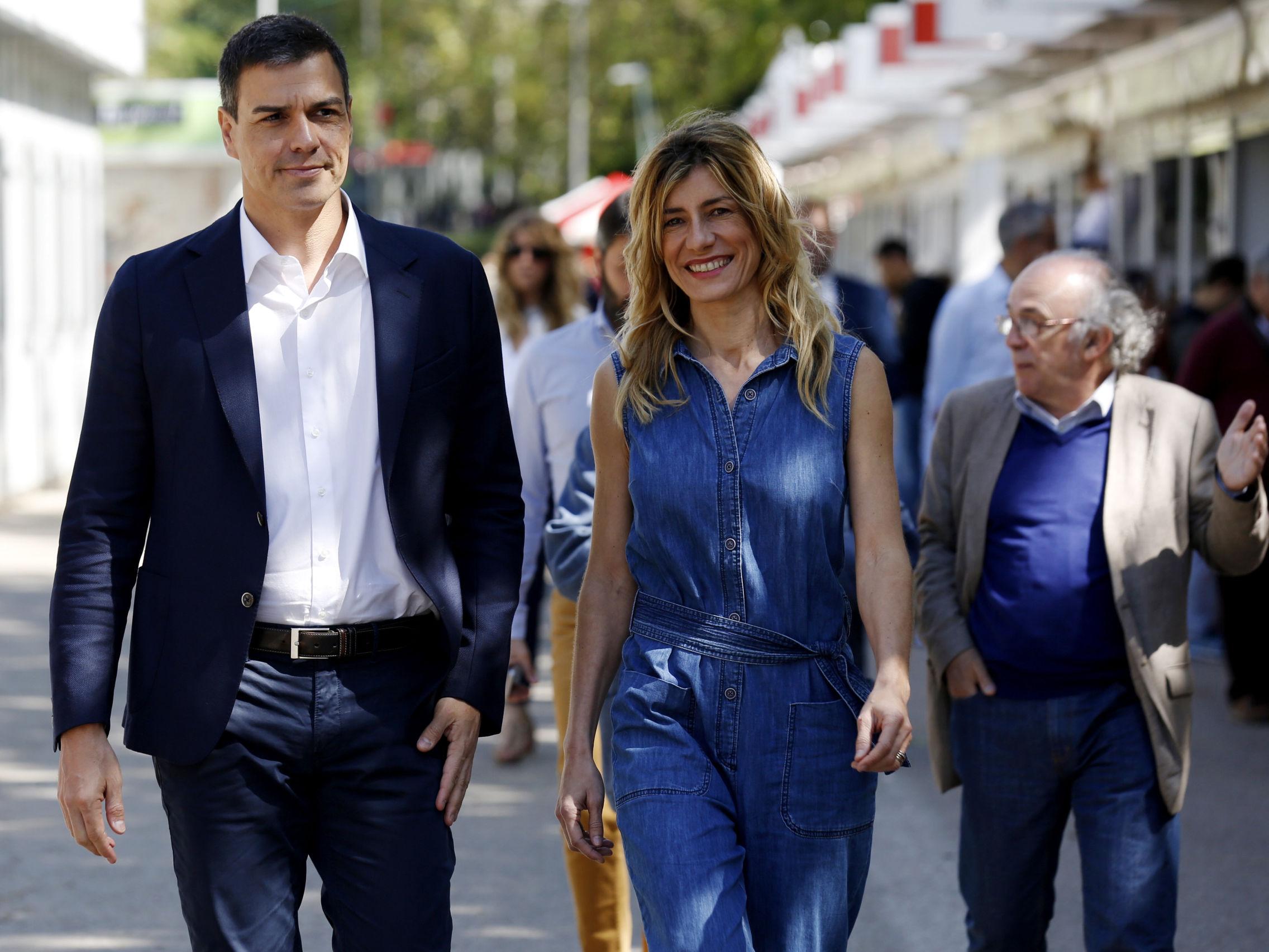 Begoña y Pedro pasean por la Feria del Libro.