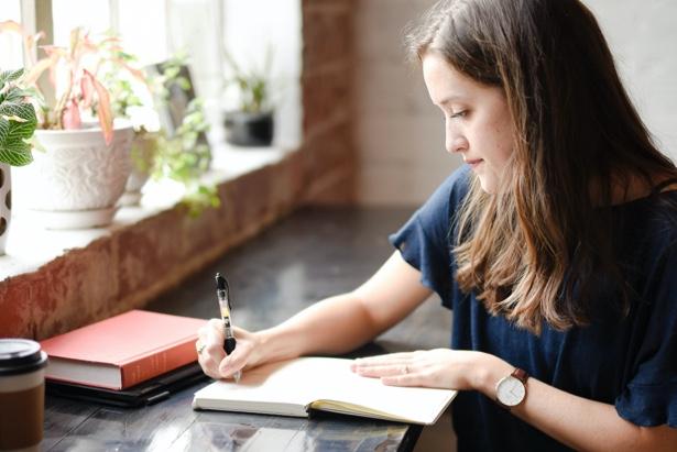 Chica trabajando en un proyecto
