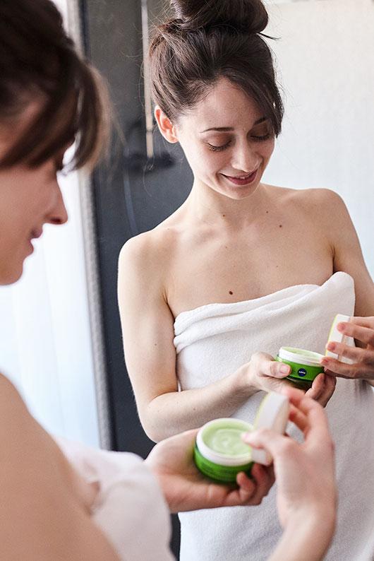 Elena Rivera aplicándose crema de día en el baño