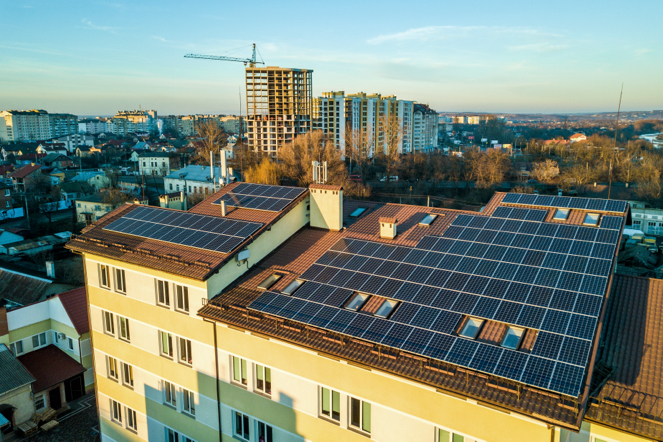 Placas solares en un bloque de edificios