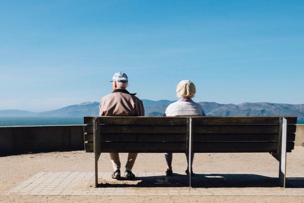 Jubilados miran el paisaje desde un banco