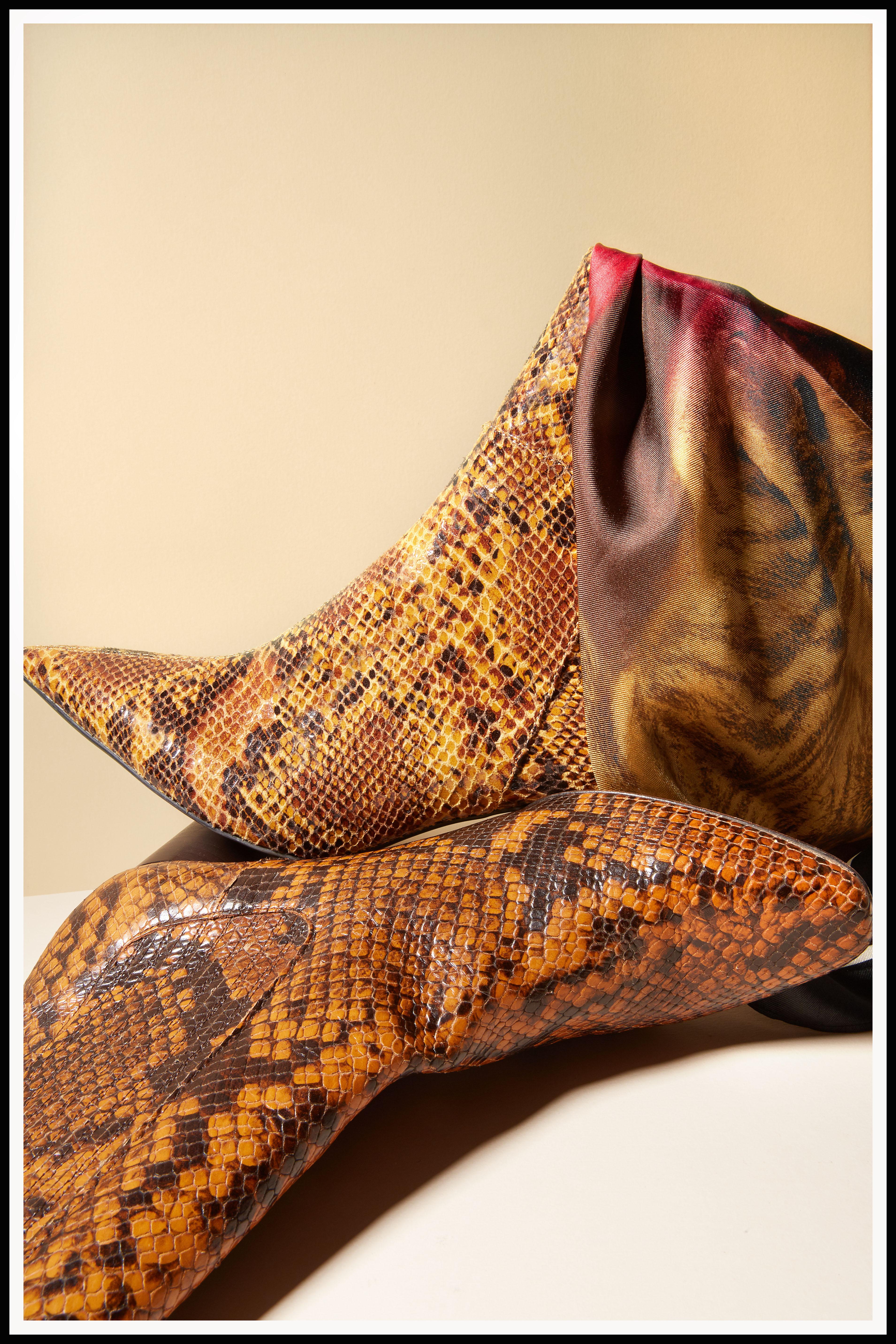 Botín pitón H&M (detrás). Pañuelo print animal, H&M. Botín en pitón con tacón en madera, Sandro (delante).