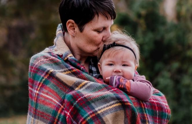 Madre con su pequeña en un día de frío