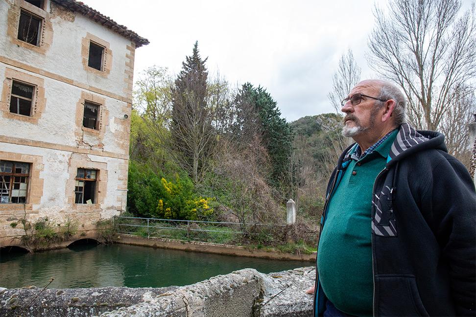 Ángel Arce, exalcalde pedáneo de Valdenoceda, frente al antiguo penal